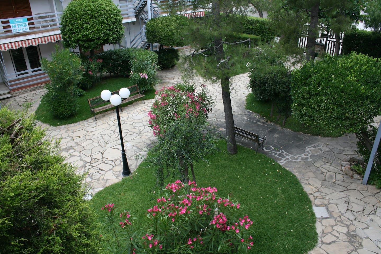 Precioso jardín comunitario para relajarse después de un dia de playa!!!