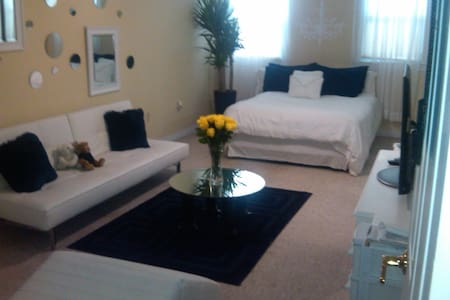 """""""Milk Room"""" 10 mins to NYC - Jersey city heights - Bed & Breakfast"""