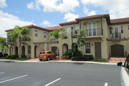 Mediterranean Villa - Luxury Bath - Coconut Creek