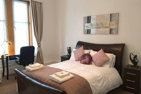 Spacious 2 Bedroom Apartment - Greenock