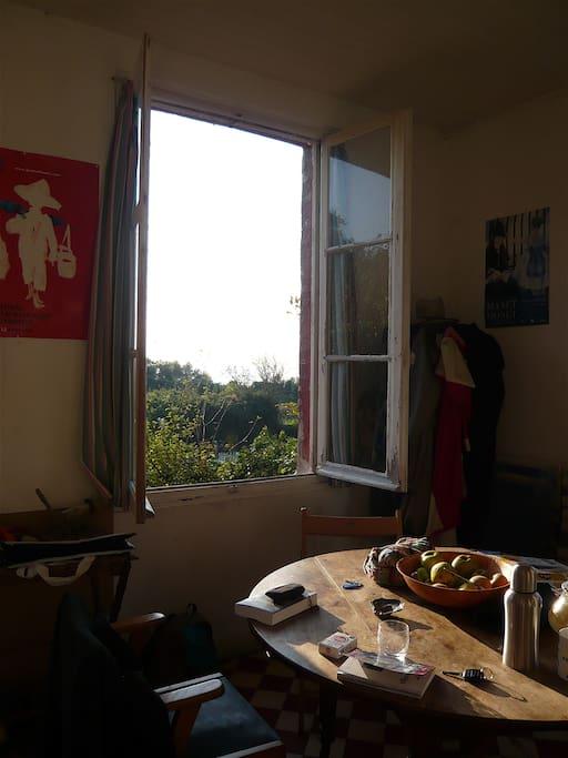 Salle à manger avec vue sur le jardin - Dining room with view on the garden