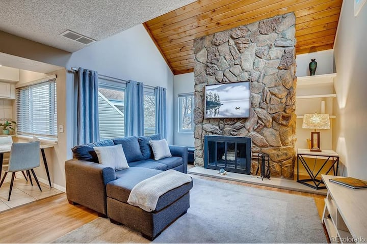 Immaculate Cabin-Like Condo - 15 Mins from Denver