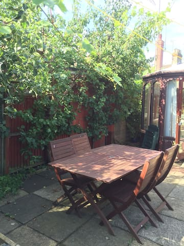Charming bungalow with garden patio - Leighton Buzzard - Bungalo