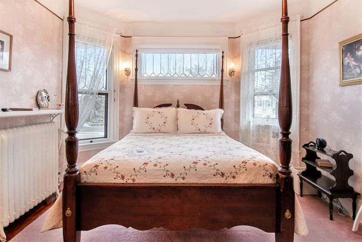 The Rose Room - The Lamplighter Bed & Breakfast of Ludington