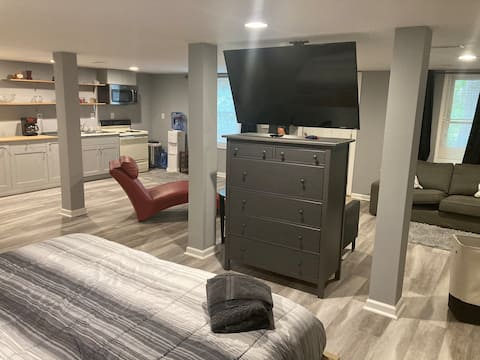 Private Queen Suite 19 mins to Downtown & Airport