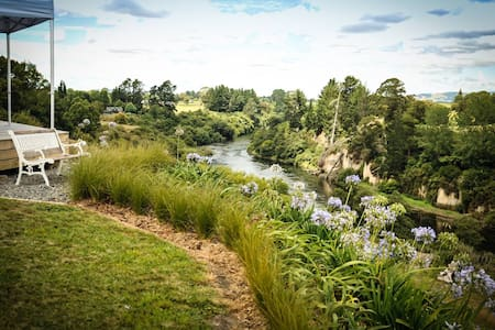 Riverside Rural Retreat - Two Queen Rooms - Tamahere