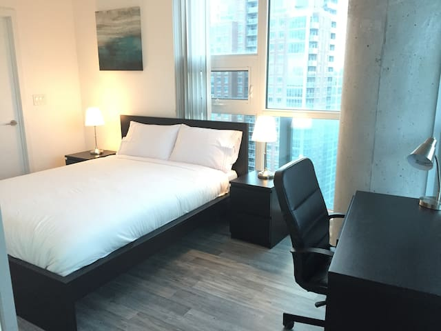 Stunning view 2BR+2BA-Liberty Village, CNE