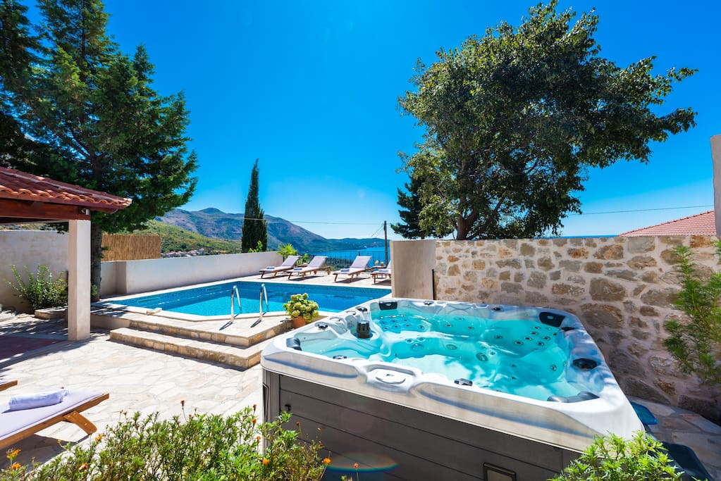 Beautiful swimming pool& jacuzzi with sea view