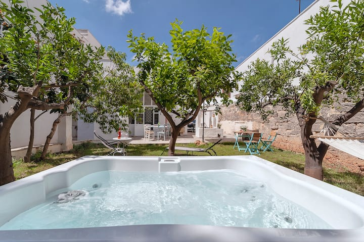 Villa with Jacuzzi surrounded by lemon trees