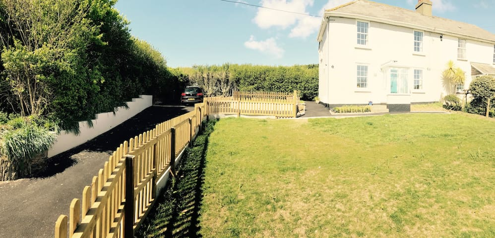 Cottage near beaches- sea views,BBQ area & parking - Malborough - Vacation home