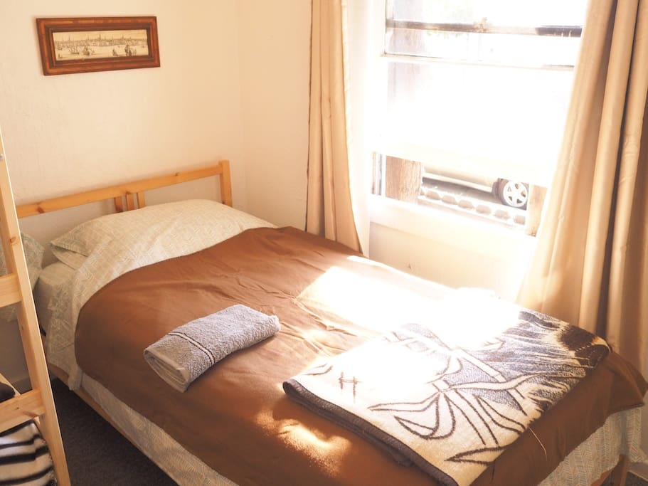 Very comfortable, plush bed with fresh linen and lots of natural light. This room is shared with all female travelers. I screen every traveler and usually accept guests with reviews to create a friendly and comfortable environment.
