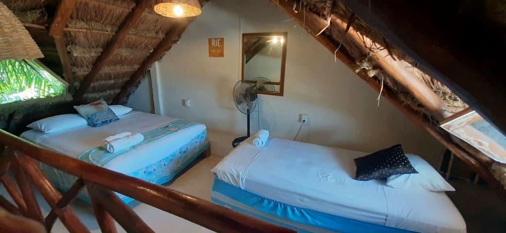 2° Dormitorio de la habitación ubicado en la parte de arriba  Cama individual y queen size