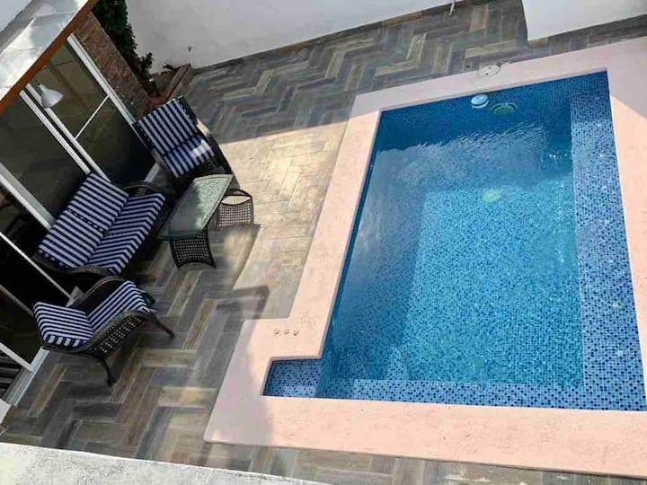 RELAX POOLSIDE IN BRIGHT AND MODERN ABODE!