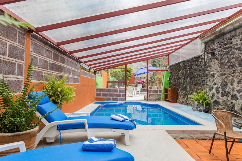 Nuestro espacio Ecoaldea Bosque de Agua, cuenta con una alberca techada, muy íntima y con calefacción solar. Disfrútala!!