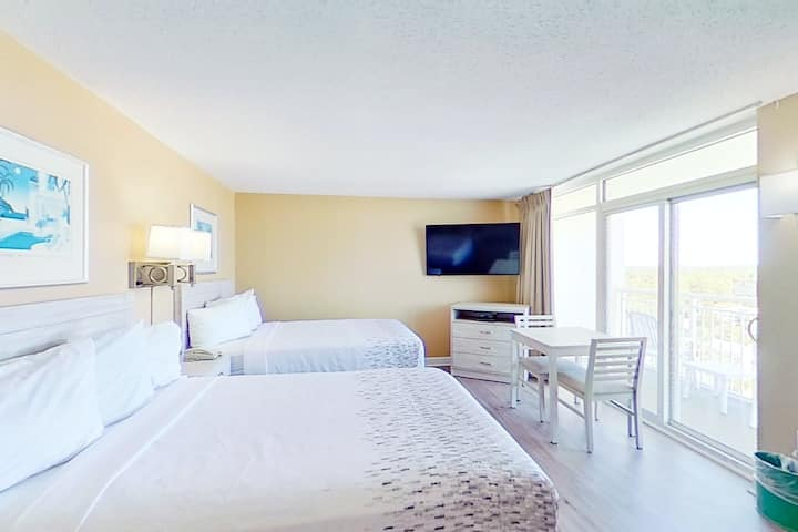 16th floor ocean view studio w/ balcony, central AC, shared pool, shared hot tub