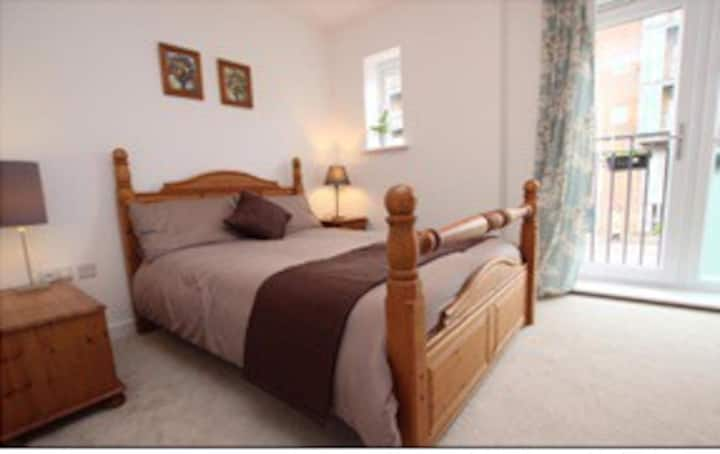 Comfy double bed beautiful home/ensuit/parking