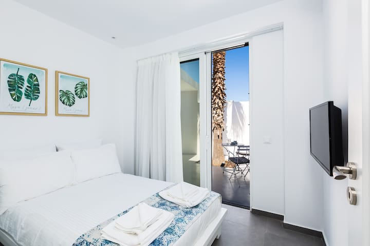 Both bedrooms are air conditioned and have 32'' TVs.