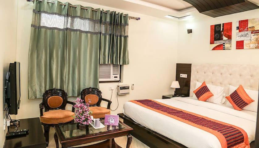 AC WiFi Breakfast Comfortable stay near Medanta