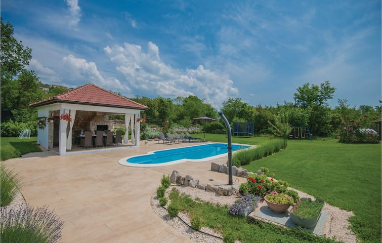 Semi-Detached with 4 bedrooms on 132m² in Imotski