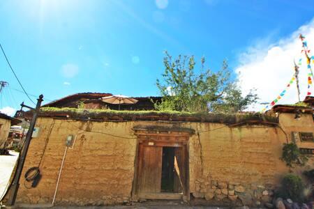 Traditional Tibetan courtyard of dukezong old town