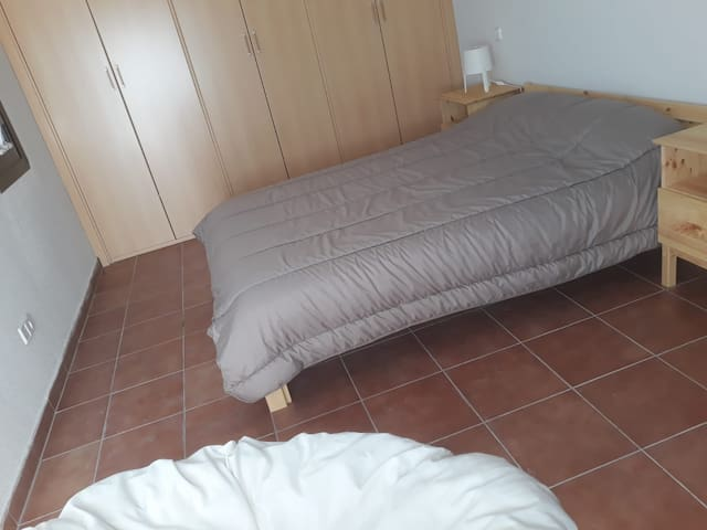 Dormitorio principal muy amplio y con muchos armarios empotrados