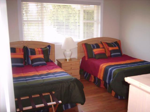 Rainbow Room - 2 Double Beds, Sleeps 4 - Bothell - Villa