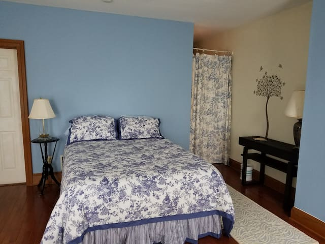 Calming streamside suite, blue toile - Cornwall-on-Hudson - Hus