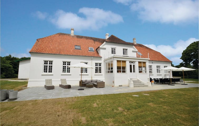 Former farm house with 8 bedrooms on 500m² in Horslunde