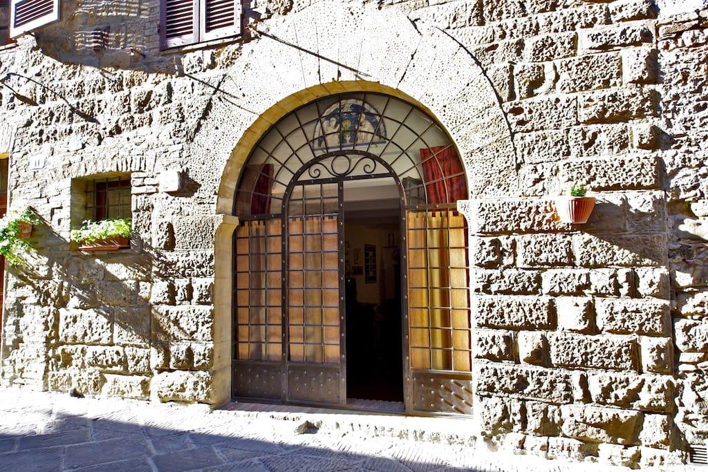 Ingresso all'appartamento con arco gotico del 1300