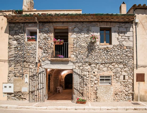 18th C Stone House near Costa Brava - Torroella de Fluvià - Hus