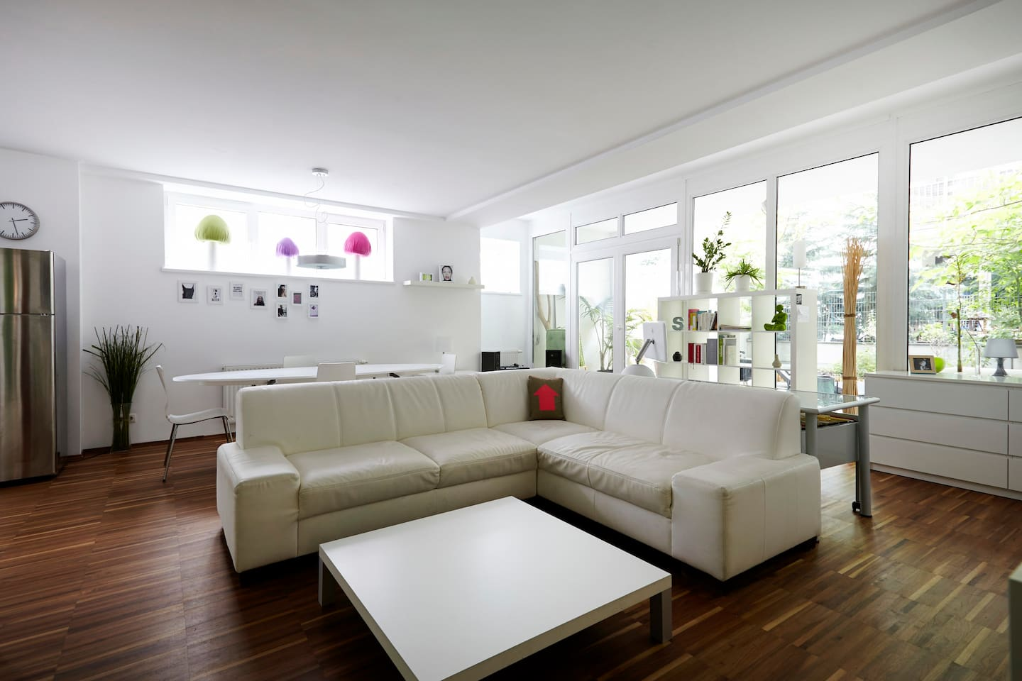 Loft-like living room, very spacious, view to the private garden