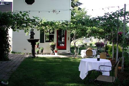 Cozy Rose Inn Luxury Bed & Breakfast - Grandview - Bed & Breakfast