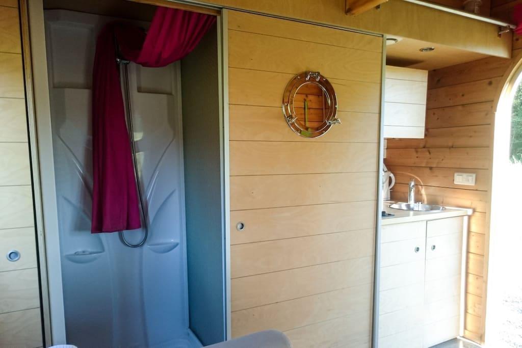 Carré d'étoiles - aménagement intérieur (douche, WC, coin, cuisine)