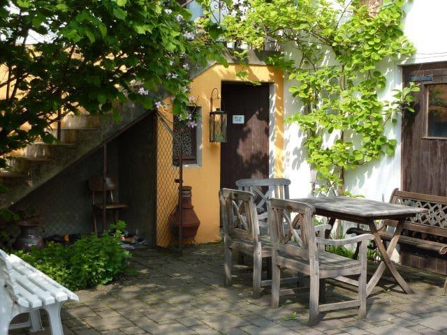 Im Innenhof - Frühling / the courtyard in springtime / il cortile in primavera