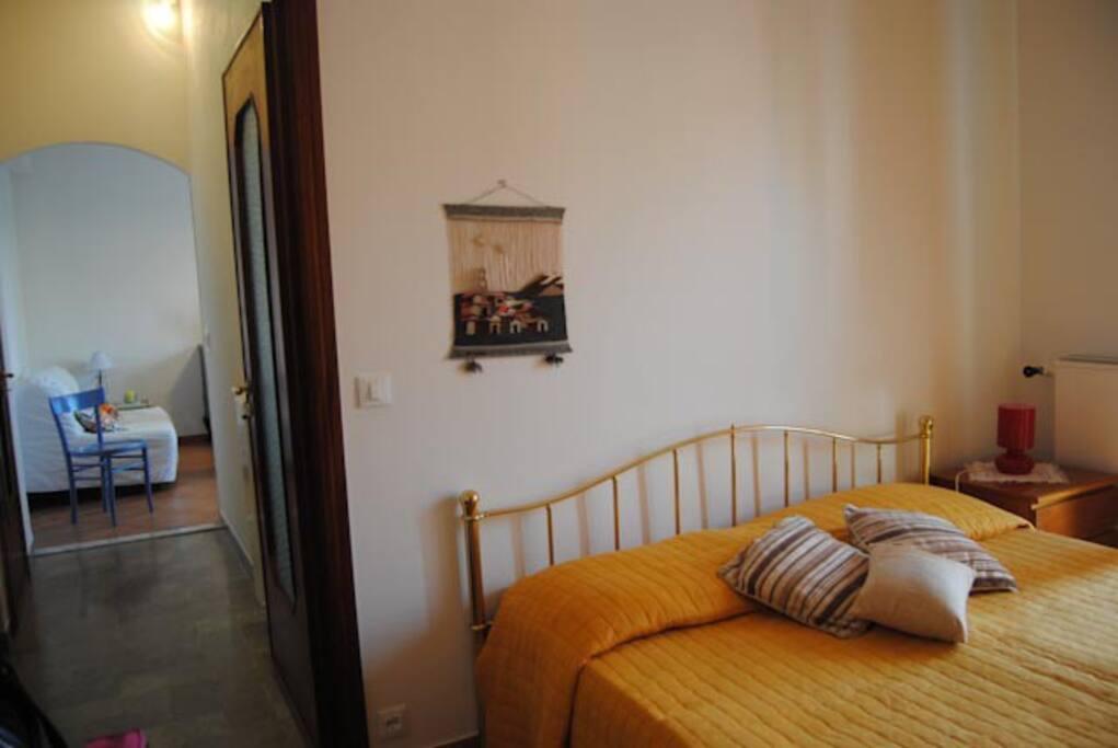 Camera da letto matrimoniale, bagno, corridoio e ingresso soggiorno