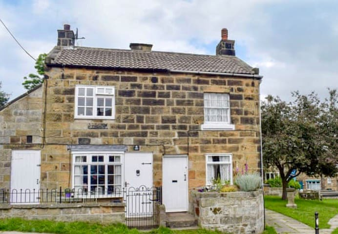 The Nest Castleton Whitby, Romantic, pet friendly