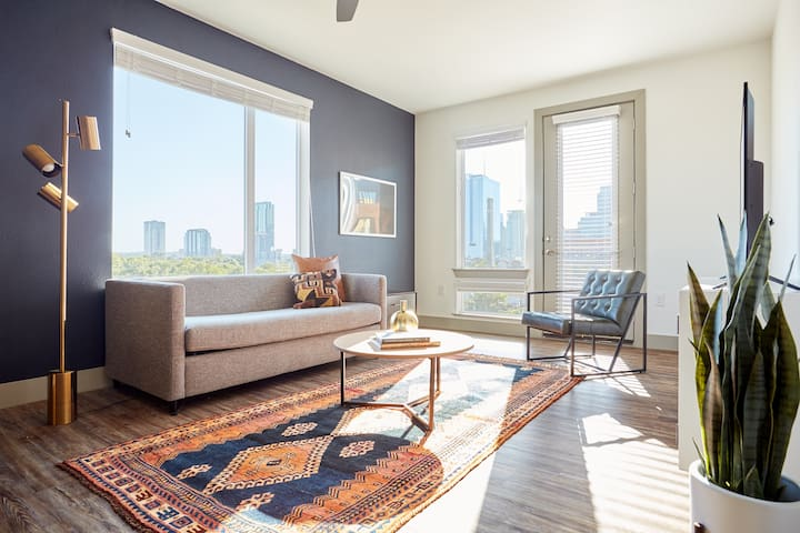 Sonder | East 5th | Sunny 2BR + Pool