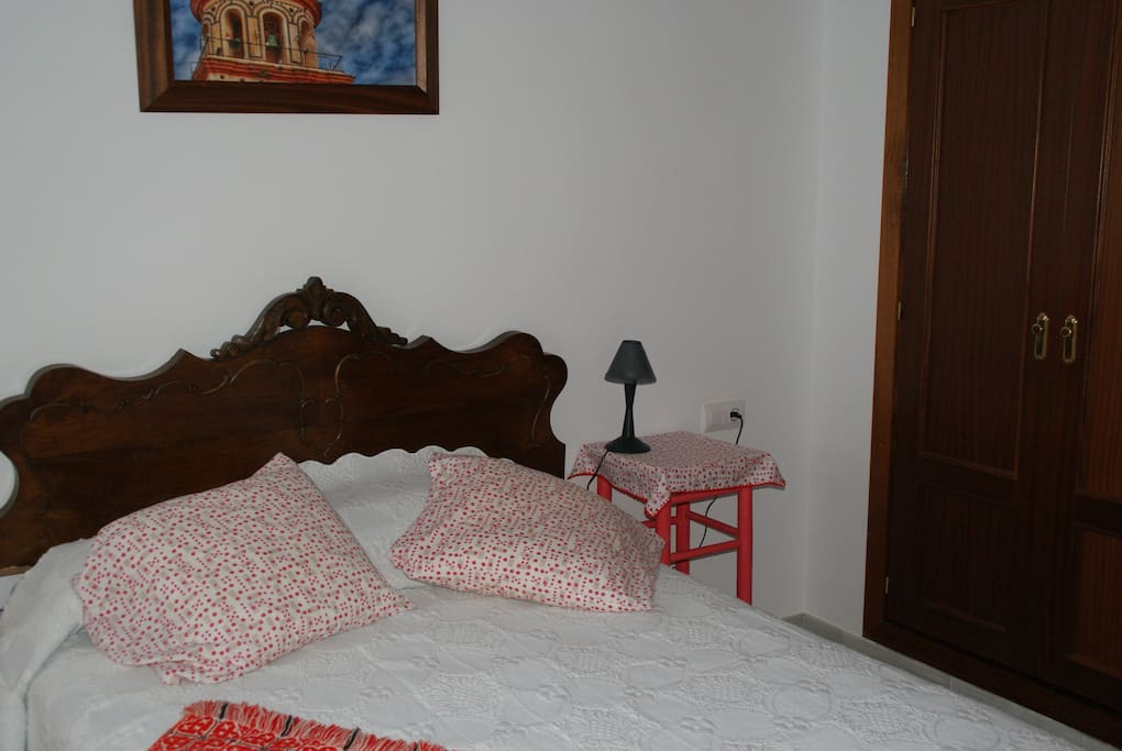 Cama confortable y grandes armarios