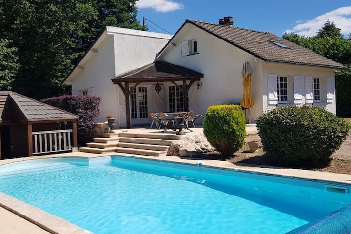 Wonderful holiday home with private pool and terraces near Dun-les-Places