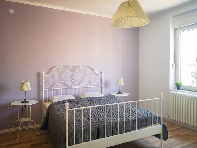 Central Two Bedroom Apartment, Free Street Parking