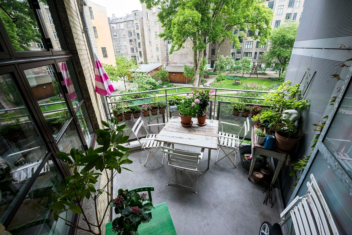 Large balcony with access to a elevator that leads to the courtyard. Large, bright, secluded and child-friendly backyard.