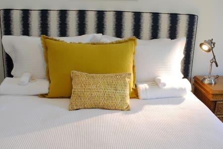 New Farm Queen Room 5 with en-suite - New Farm - Apartemen