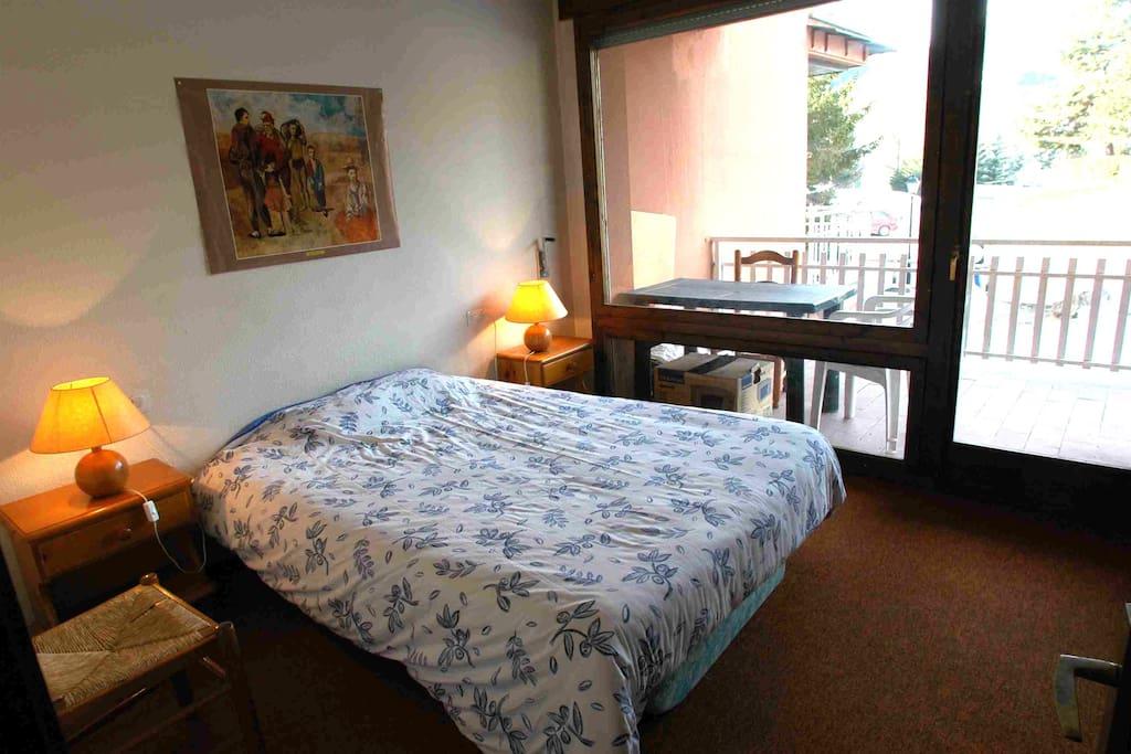 Chambre double 1 avec accès direct à la terrasse de 16 m2