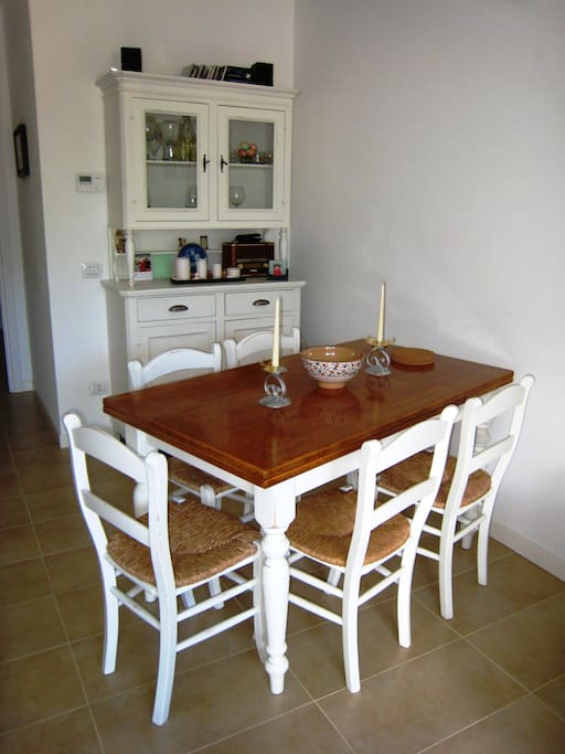Extending dining table for six