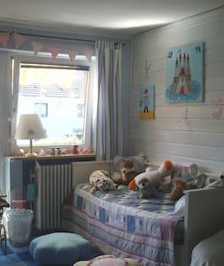 Zimmer im 1.Stock eines Reihenhauses - Fürstenfeldbruck