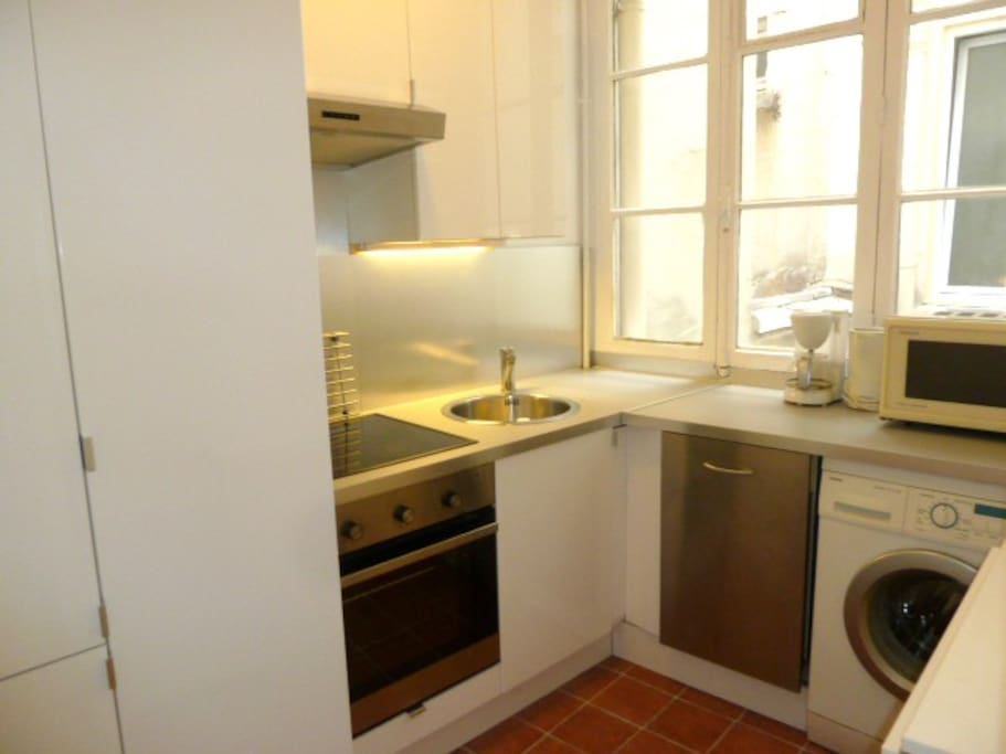 Fully equipped kitchen, with oven, washing machine, dish washer, microwave, coffee machine, kettle, toaster