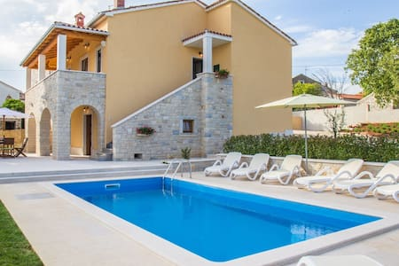 Sunny and family-friendly house near Vrsar - Vrsar - Rumah