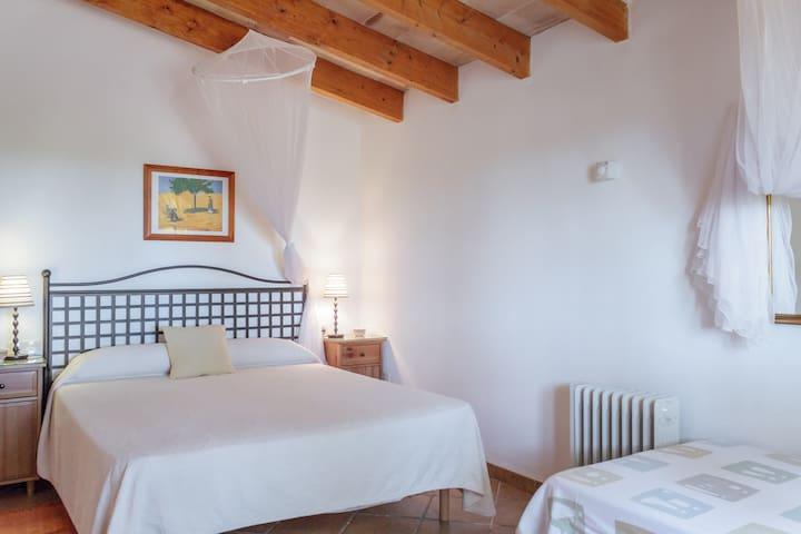 Primer dormitorio con cama de matrimonio y baño completo en suite. First bedroom with double bed and bathroom in suit.