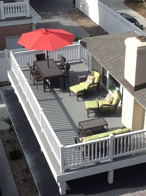 Roof Top deck for relaxing, entertaining or serving dinner straight from the gas grill!