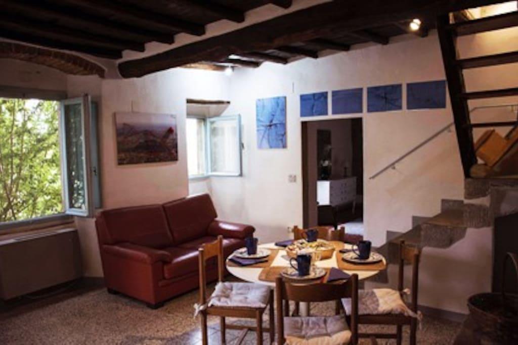 Alle pareti opere di artisti contemporanei che si alternano nel tempo come in una Galleria. Le opere sono in vendita.
